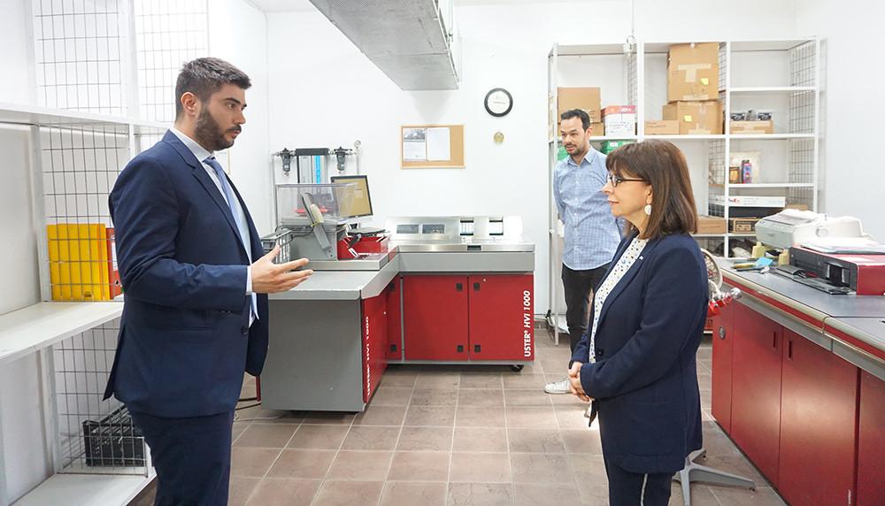 Στο εργαστήριο ποιοτικού ελέγχου (HVI) των Θρακικών Εκκοκκιστηρίων με την Πρόεδρο της Δημοκρατίας